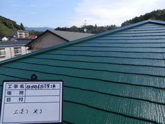コロニアル屋根が色褪せてきたら注意してください。屋根の棟押さえの鉄板の錆びも要注意です。両方とも処置が早ければ塗装でキレイに直ります。一度点検してみませんか?無料点検受付中です。