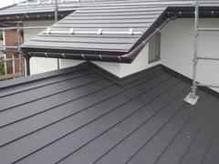 屋根は塗装するだけでなくガルバリウム鋼板で覆う方法があります。下のコロニアル屋根の上に葺くので二重になり格段に防水性能が上がります。耐久性のある材料なので長持ちもします。おすすめです。