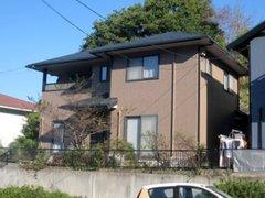 外壁塗装のときに屋根も一緒に工事すると足場代が軽減されるだけでなく家全体がコーティングされることになり防水性能が上がり家の寿命がグーンと延びます。お気軽にご相談ください。