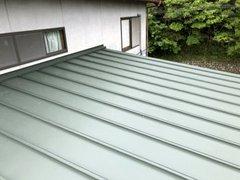 鋼板屋根の場合塗装で仕上げることも可能ですが上から新しい鋼板で覆うカバー工法のほうが確実に屋根を保護することができます。お気軽にご相談ください。